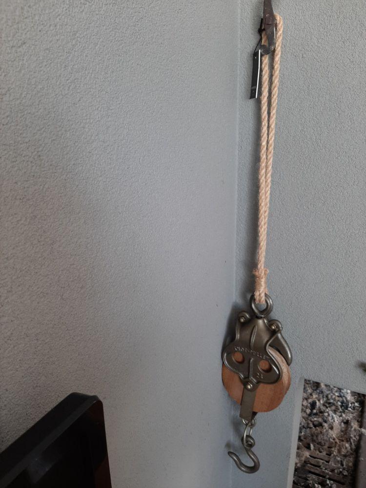 stoer groot katrol hout metaal aan touw