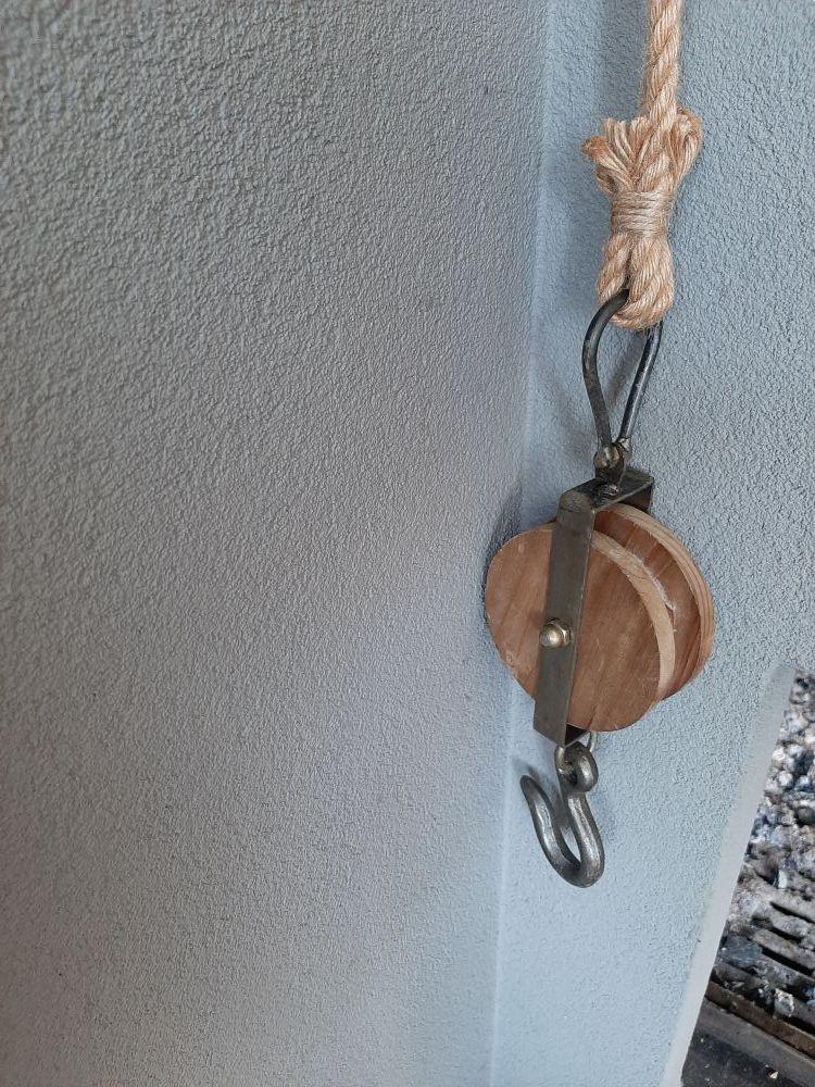 stoer katrol hout metaal aan touw
