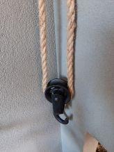 Stoer metalen katrol aan touw